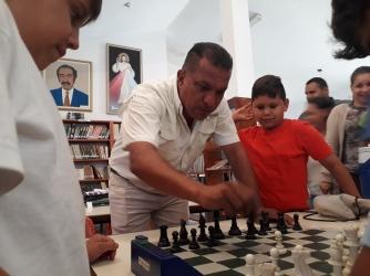 Los jóvenes del Club de Ajedrez de Maneiro complacidos con la presencia del Gobernador