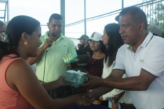 El gobernador Alfredo Díaz siempre está al lado de su gente, entregándoles los medicamentos que requieren
