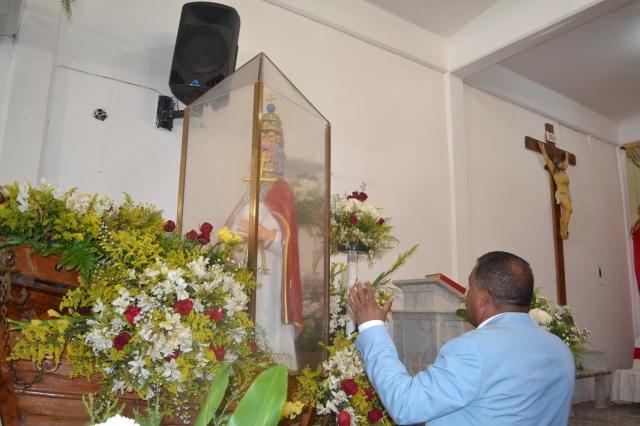 1. MandatariAlfredo Díaz, gobernador de Nueva Esparta oró ante la imagen sagrada de San Pedro Apóstol.